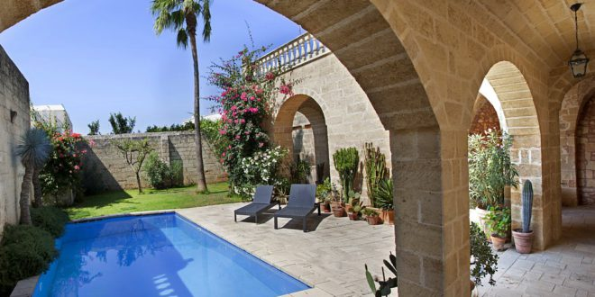 Old private villas with swimming pool… in the heart of a city: is it possible?