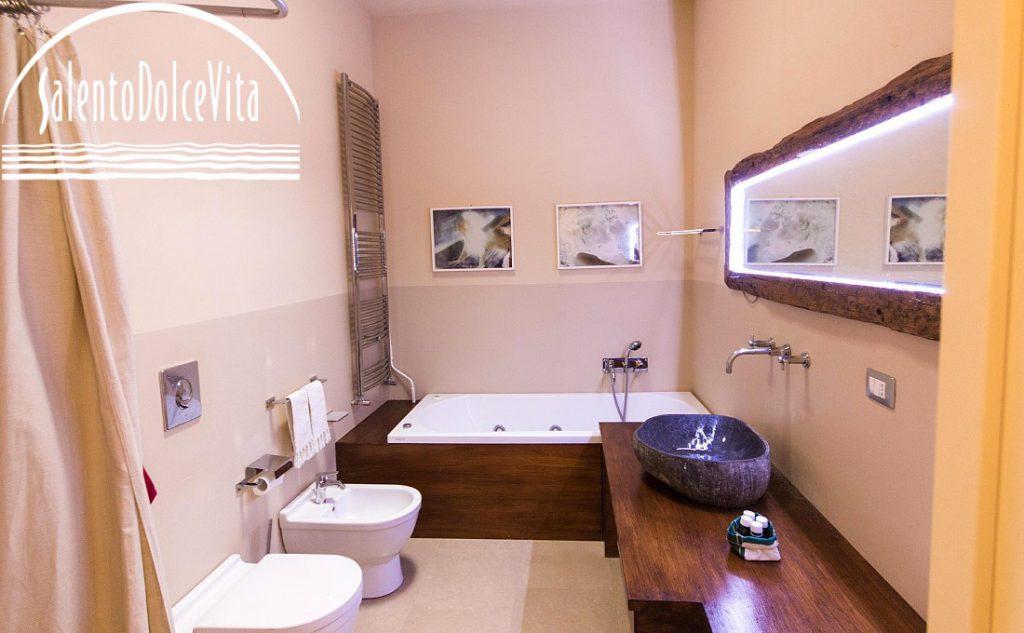 Villa Verna, bagno Total wood e pietra