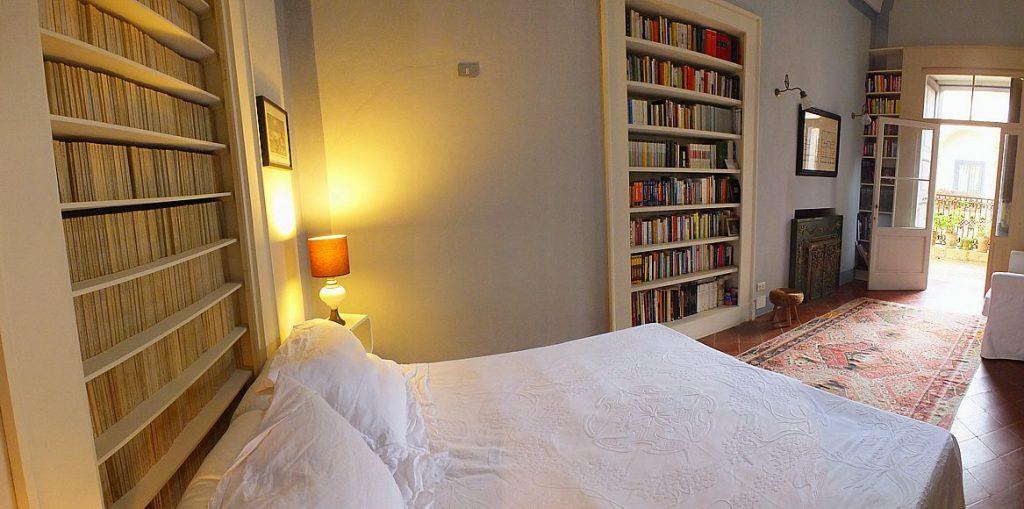 Camera da letto ricca di libri in Palazzo Altieri, Salento