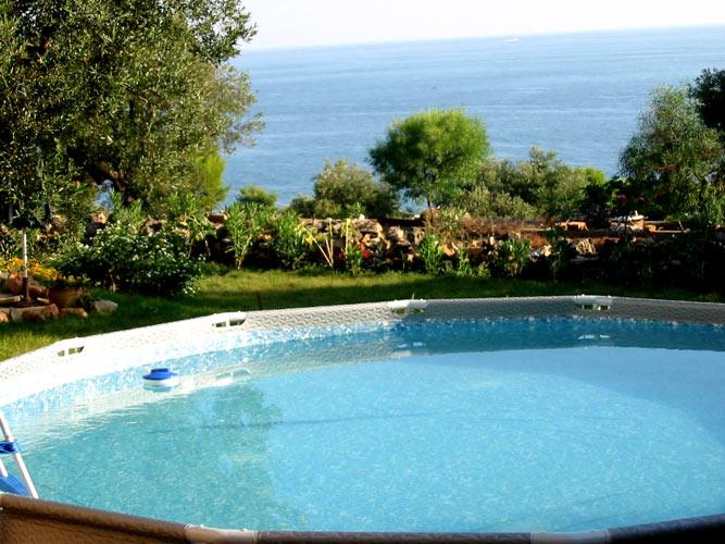 Villa La Cuba - piscina e alberi con vista sul mare di Santa Maria di Leuca. booking@salentodolcevita.com