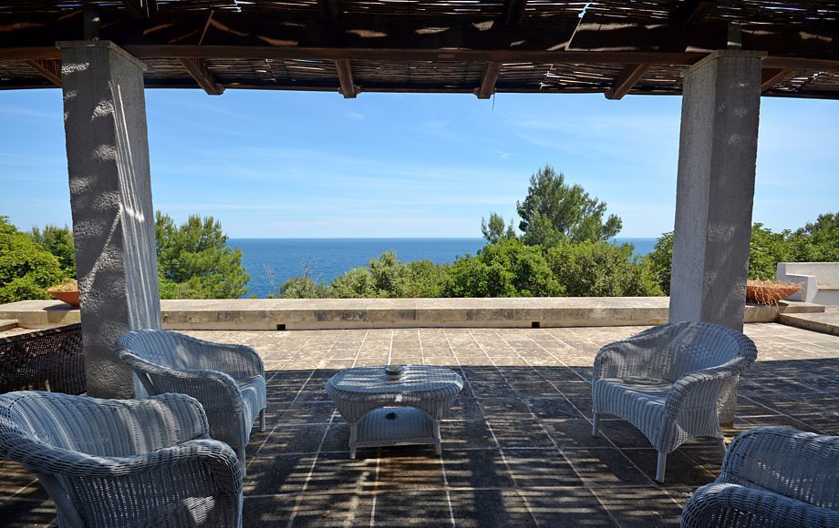 Villa Le Sciarre, accesso provato al mare_pieds dans l'eau. Castro