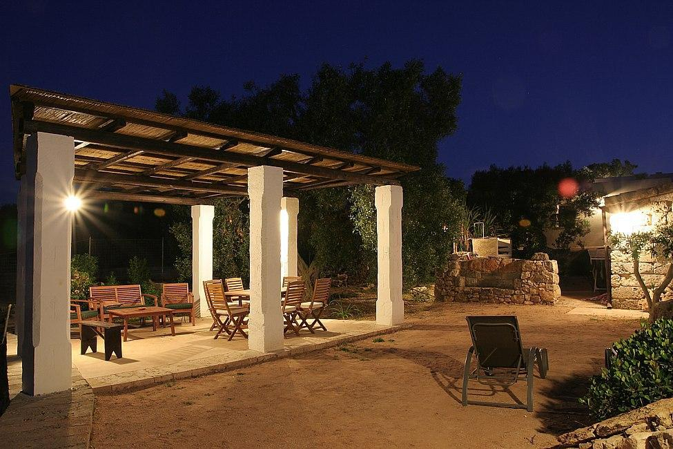 Trullo - Furnished pergola by night